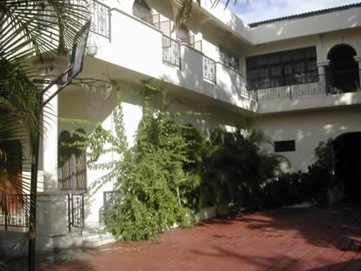 http://www.viajesestudiantiles.com/site/images/servicios/photobox-trinidad/St_Clair_Casa_de_Familia_JPG.jpg